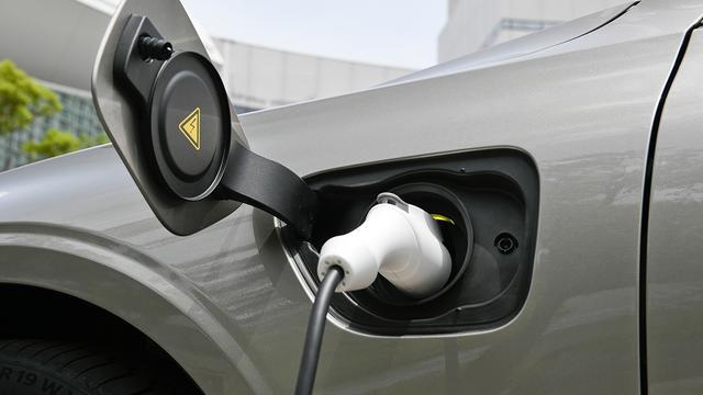 画像: 200V/16Aだと満充電まで2.5~3時間ほどだ。チャージモードを使えば走りながら充電もできる。