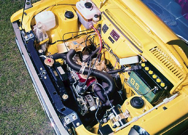 画像: フロントに縦置きされる直列2気筒2サイクルエンジンは359ccの排気量とSUツインキャブにより、38ps/3.9kgmの性能を誇った。