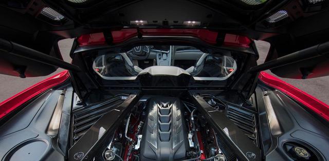 画像: リアのエンジンフード・トランクフードを開けるとエンジンが露出する。