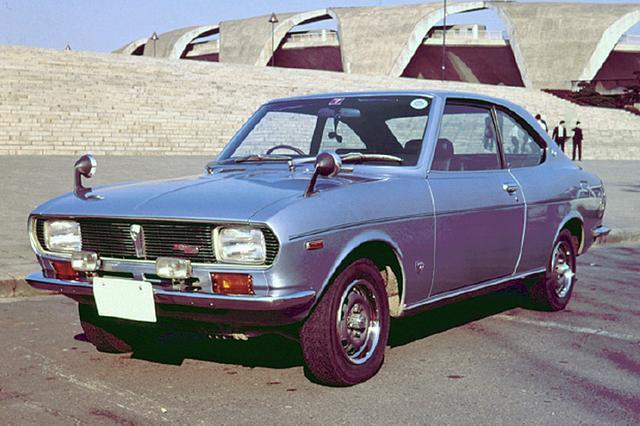 画像: 1970年5月にデビューした、ロータリーエンジン搭載を表す丸型4灯のテールライトを装備した初代カペラ。ヘッドライトは角型2灯だった。