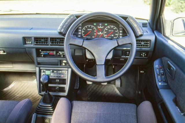 画像: 3ドアハッチバックは5速MTのみの設定だが、セダンには3速ATもあった。レッドゾーンはおよそ7600rpmから。