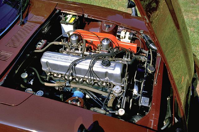 画像: 2393ccに排気量アップされたL24型直6 SOHCは150ps/21.0kgmを発生。Z432の2L DOHCに比べパワーは10ps低かったが、逆にトルクは3kgm高く、しかも発生回転数は800rpmも低い設定だった。