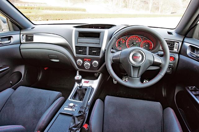 画像: 「tS」ロゴ入りサイドシルプレート、「STI」ロゴ入りステアリングホイール、プッシュ式エンジンスイッチなどを装着。
