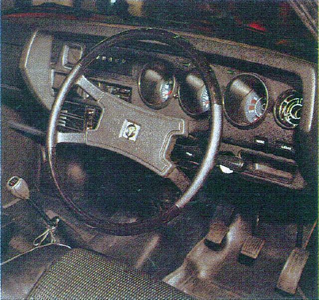 画像: ブラックトーンでまとめられたコクピットは丸型3連メーターを装備するRX専用のデザインだった。