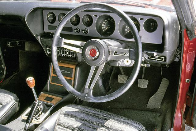 画像: 7連メーターのスポーツカー感覚。レッドゾーンは7500rpmから始まり、スピードメーターは240km/hまで刻まれていた。