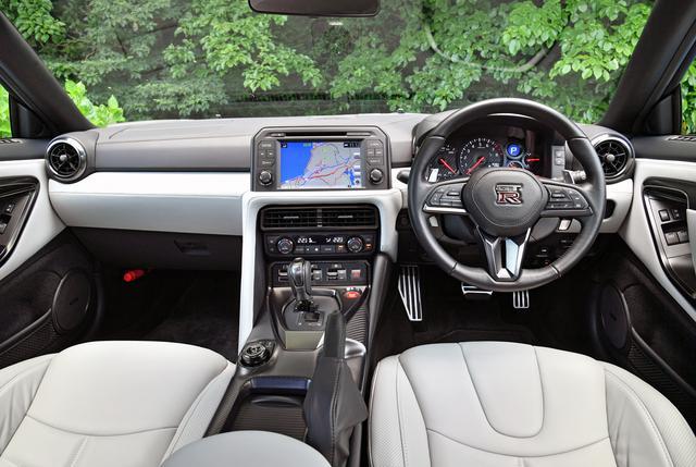 画像: 試乗車両はオプションの「ファッショナブルインテリア」仕様で、写真のライトグレーのほか、3色を設定。