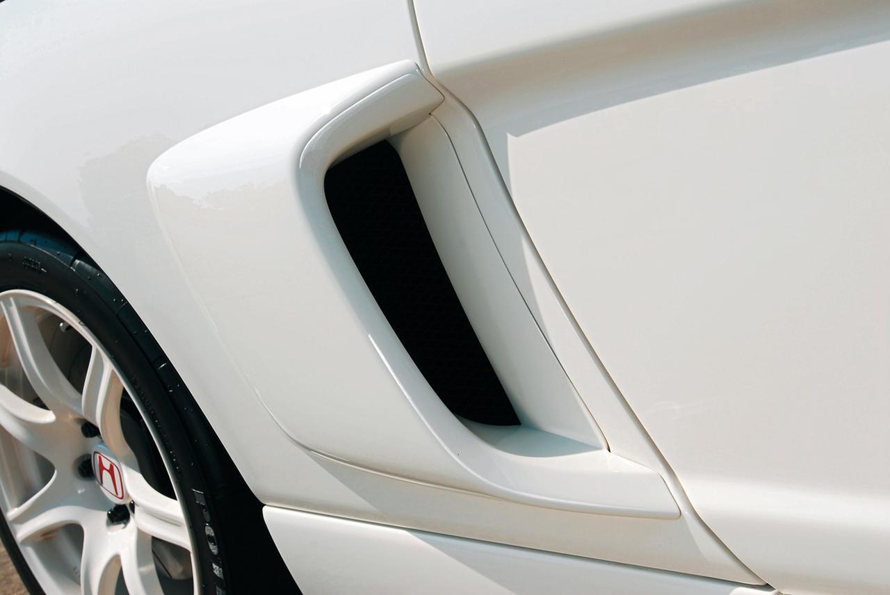 画像: 大きく張り出したサイドエアインテークもGTの専用装備。GT500の車両規定に合わせて車幅を拡大するための方策だった。