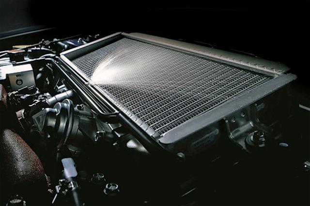画像: インタークーラーウオータースプレーももちろん装備。オートスイッチ付きで3.7Lの冷却水タンクを備える。