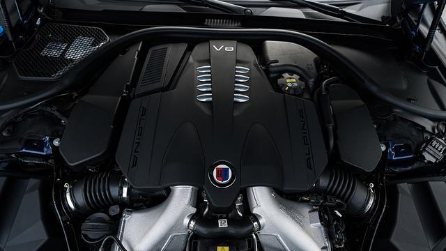 画像: B7搭載の4.4L V8DOHCツインターボエンジン。2tを超えるボディを楽々とアナザーワールドに送り出してくれる。
