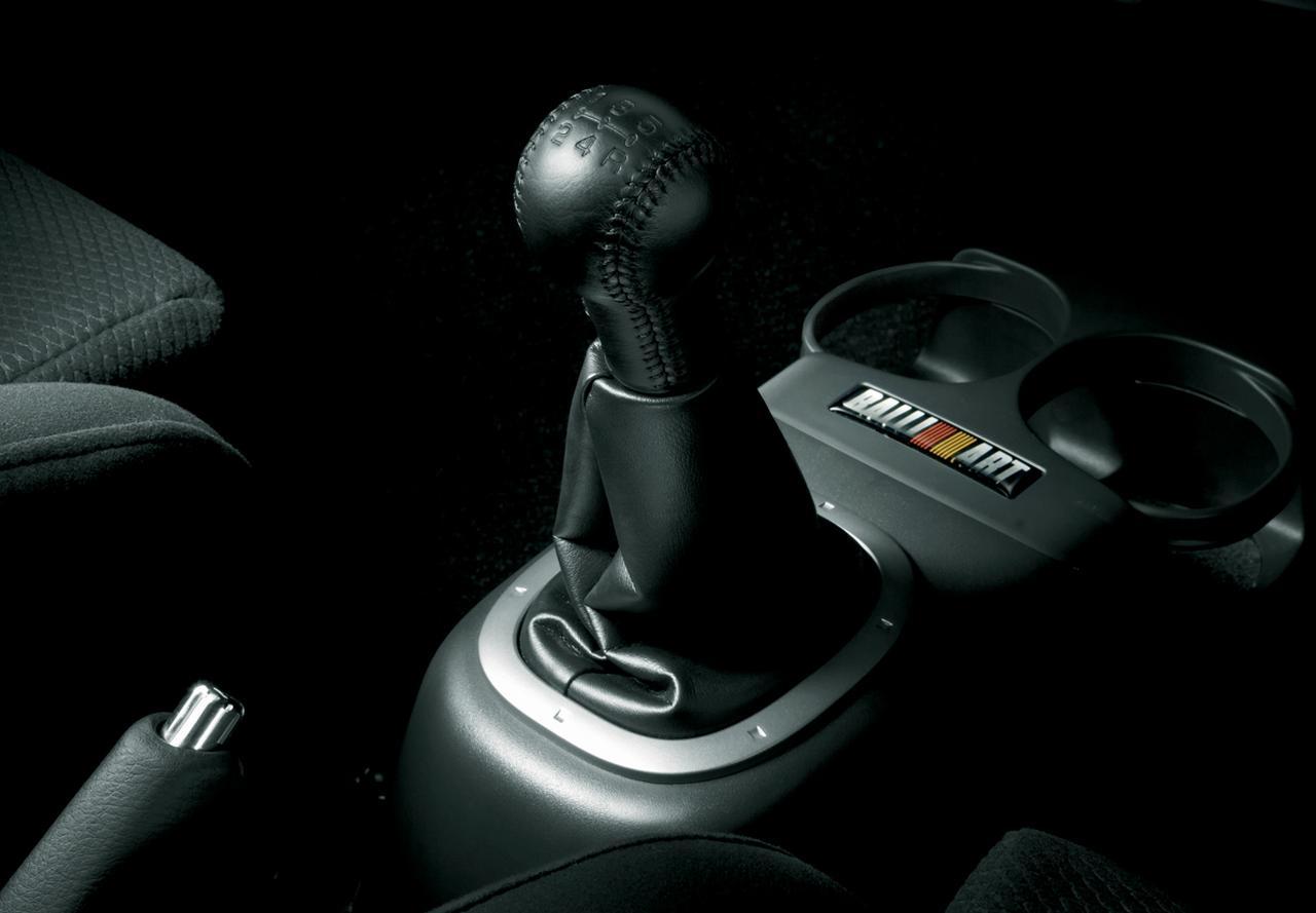 """画像: バージョンRとバージョンR""""スペシャル""""の5速マニュアルミッションはゲトラグ製。クラッチはザックス製だ。このクルマの出自=次期WRCマシンとして企画されていた名残か?"""