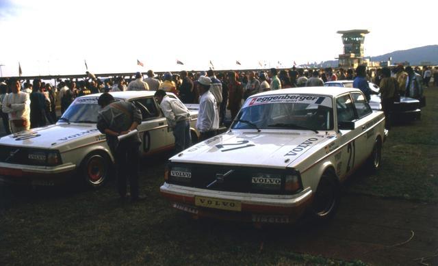 画像: インターTECゴール後の240ターボ。カーナンバー21が優勝したミューラー/デュドネ組の車両。後ろには3位のBMW635CSiの姿も見える。