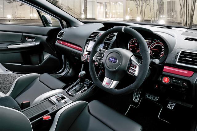 画像: セミアニリンレザーを使用したSTI製レカロタイプフロントシートやSTIロゴ入りルミネセントメーターを採用した。