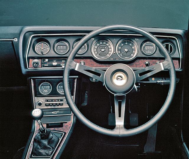 画像: 8連メーターが並ぶスポーティなコクピット。油圧/油温計はセンターコンソールのラジオの上に配されている。