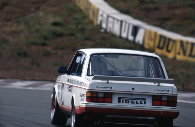 画像: 1985年、富士スピードウェイでのワンカット。レーシングカーを思わせるのは、リアウイングと室内のロールケージのみだ。