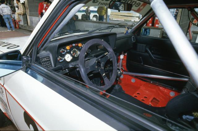 画像: ドライバーの正面にはタコメーターが来る。スパイ針が7000rpmで止まっており許容回転数を示している。左下の白いメーターはブースト計のもの。