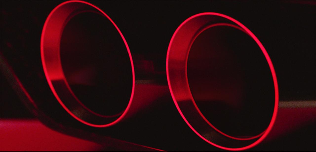 画像: 左右デュアル出しのエキゾーストがディフューザーの両端から覗く。