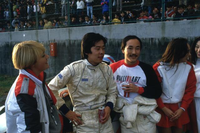 画像: 当時新進気鋭のドライバーだった中谷明彦は(中央)は、このレースをきっかけにプロドライバーとなる。右はコンビを組んだM・リュー。