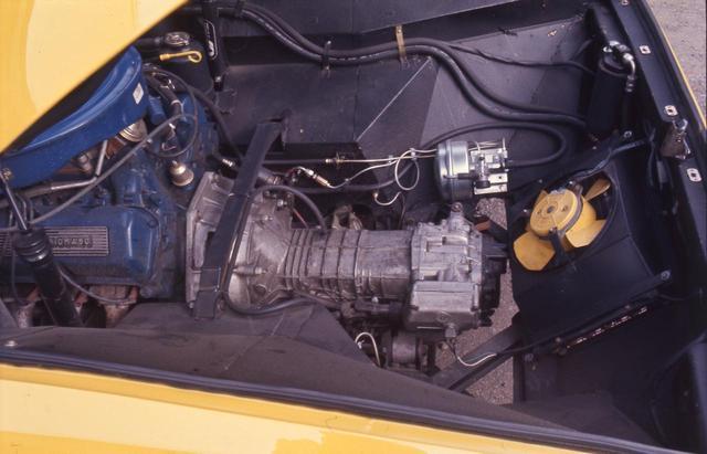 画像: フォード製5.8LのV8は、洗練度こそもの足りなかったが、ZF製5MTと組み合わされて扱いやすさとパワーを両立していた。