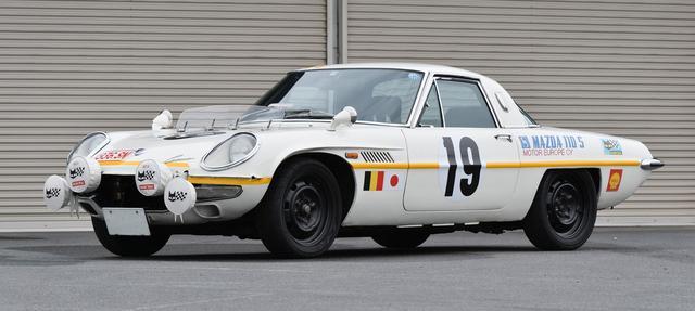 画像: カラーリングだけでなくラジエターグリルに装着される大型ランプまで当時と同じもので再現されたマラソン・デ・ラ・ルート仕様のコスモスポーツ。後期型の1968年式をベースにしている。