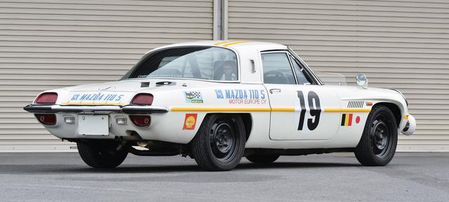 画像: 黒く塗装した純正ホイールがスポーティな印象。ボディサイドとテールエンドに描かれたMAZDA 110Sはレースでのエントリー名。平成2年に個人売買で手に入れた車両をオーナーの久保田さんがモディファイしている。
