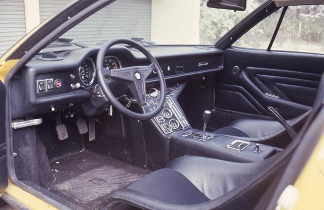 画像: GTSのコクピット。フルバケットシートはレーシーだがステアリング回りはどことなくアメ車を感じさせる。速度計は300km/hスケールとなっている。
