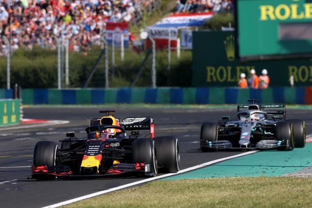 画像: フェルスタッペンとハミルトンの攻防はレース序盤からフィニッシュまで続いた。
