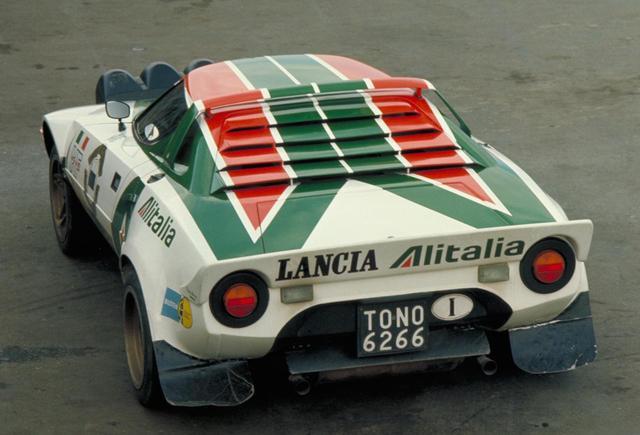 画像: WRC仕様車のリアビューでは、高速安定性を高めるために大型のリアスポイラーを装着し、280psを路面に伝えた。