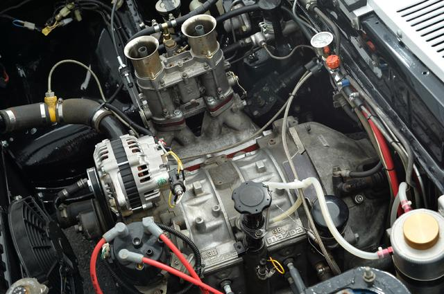 画像: 純正の10Aから13Bにスワップされたエンジン。吸気はペリフェラルポートではなくブリッジポートとして、1971年のワークスカーに倣っている。ダウンドラフトタイプのキャブレターはウエーバーに変更してセッティングしている。