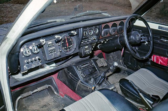 画像: サファリラリー優勝を記念して1974年5月に100台限定発売されたラリー・ランサーには4点式フルハーネスシートベルトとフットレスト、電流/油圧/電圧計が装備された。写真はワークス仕様のフル装備車。
