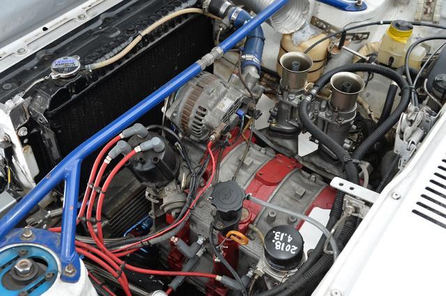 画像: エンジンは13B型に載せ換えたうえでブリッジポート仕様でチューニングされている。エンジンとラジエターの間にオイルクーラーを設置するなど、モッチレーシングによりセッティングされている。