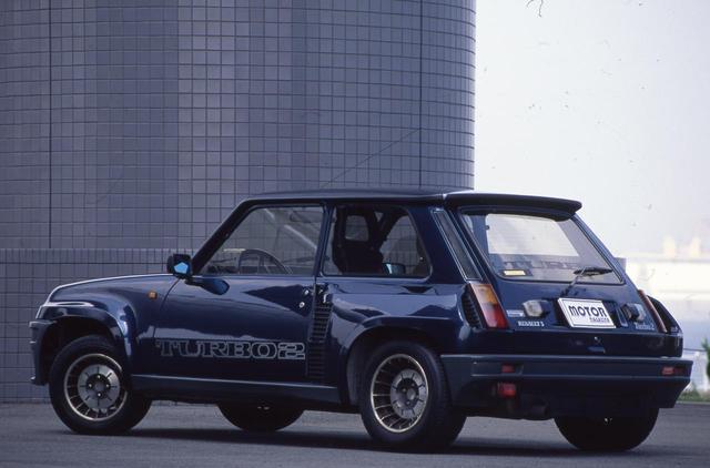 画像: ベース車はルノー5という大衆車だが、迫力のあるオーバーフェンダーなどただ者でない雰囲気を持つルノー5ターボ2。