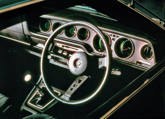 画像: 運転席中心のワイドコクピットには6連メーターが並ぶ。チルトシート/チルトハンドルを備えたフルアジャストシステムが採用されていた。