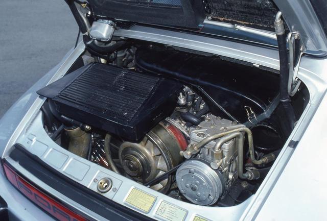 画像: 後期型のフラット6ターボは、圧縮比7.0:1とKEジェトロの燃料噴射装置、過給圧0.8バールのKKK製タービンを装着し300psを絞り出した。