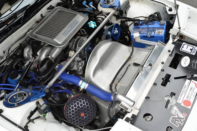 画像: チューニングを繰り返した結果、現在のエンジンは3基目だという。エキセントリックシャフトやアペックスシールなどを強化することで330psの出力を日常的に引き出すことに成功した。熱対策も万全だ。