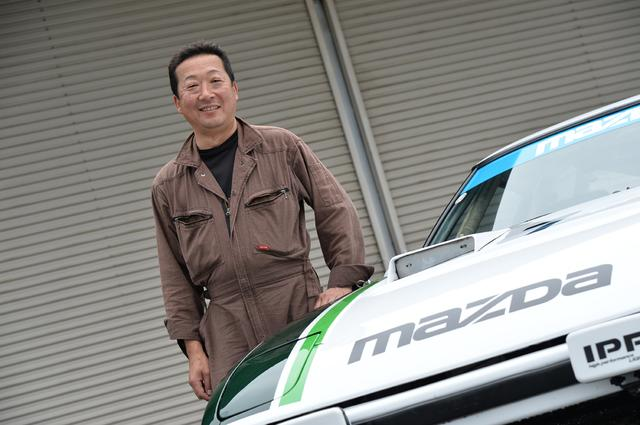 画像: オーナーの元吉和洋さん(48歳)。書類は揃っているので、将来は改造申請して車検をとりたいそうだ。