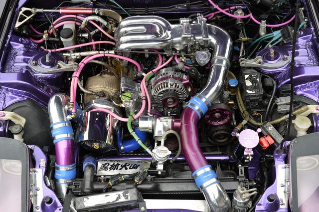 画像: エンジンをチューニングするため下ろした時にエンジンルーム内を自ら塗装している。サイドポートにした13BはトラストTD-06タービンを組み合わせ、500ps前後までパワーアップしている。