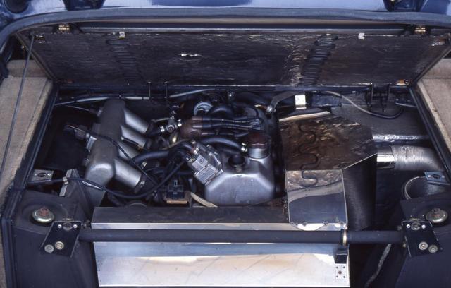 画像: ノーマルのルノー5がFFなのに対し、ターボはエンジンをミッドの縦置きする。1.4LOHVという古い作りならがターボによる過給で160psとパワフルだった。
