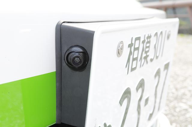 画像: ナンバープレートホルダーの両サイドにカメラをマウント。