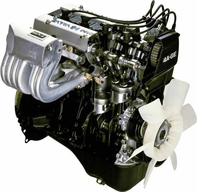 画像: 4A-GEUのカットモデル写真。4バルブやペントルーフ燃焼室がよく分かる。