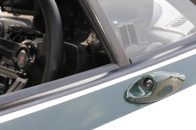 画像: ドアミラーが装着されたいたステーを加工して後方用カメラを埋め込んでいる。