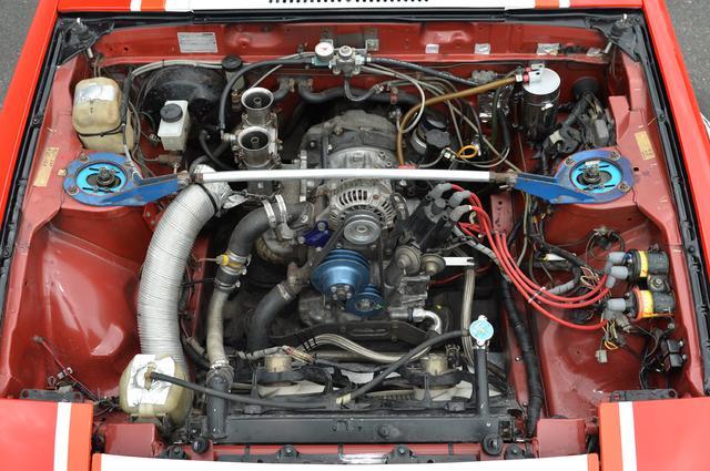 画像: 13Bエンジンに載せ換え、ブリッジポート仕様としている。キャブレターはウエーバーのダウンドラフトタイプを選び、当時のワークスカー並みにパワフルになっている。ラジエターは電動ファンを2基がけにした。