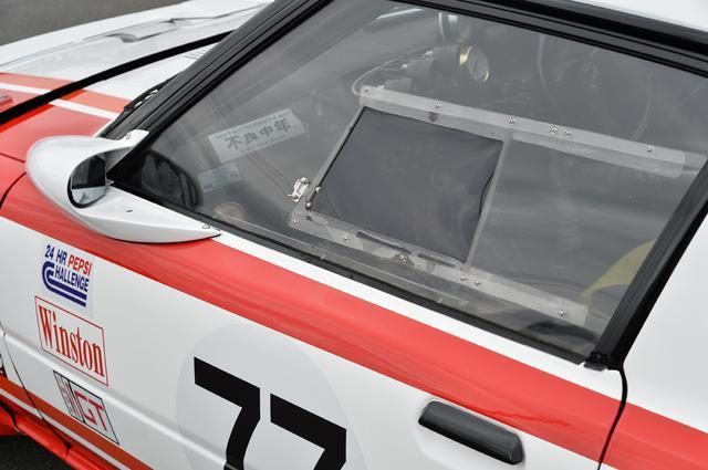 画像: サイドウインドーはアクリル製の固定タイプとされ、スライド式にしている。これもワークスカーと同じ形状を再現しているのだ。整流効果の高いドアミラーは社外品で販売されているものを使った。