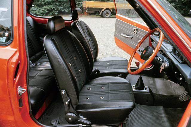 画像: ブラックのバックスキン調の通気孔付きセミバケットシートはロングドライブでの快適性と、ワインディングを飛ばす時のホールド性の両方を確保していた。