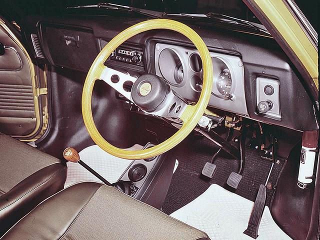 画像: 左にタコメーター、右にスピードメーター、その間に2つの小さなメーターを縦に配したコンパクトなレイアウト。ラジオはオプションだった。