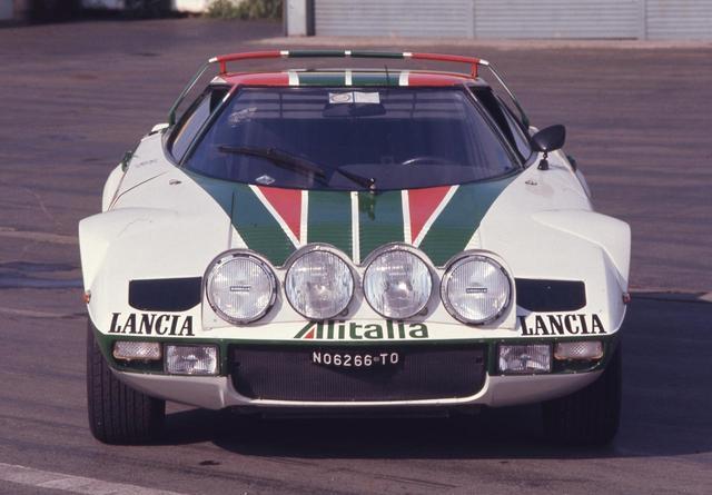 画像: WRCではアリタリアカラーのワークスストラトスが大活躍した。乗り手は選ぶがターマック、グラベルを問わずその速さを印象づけた。