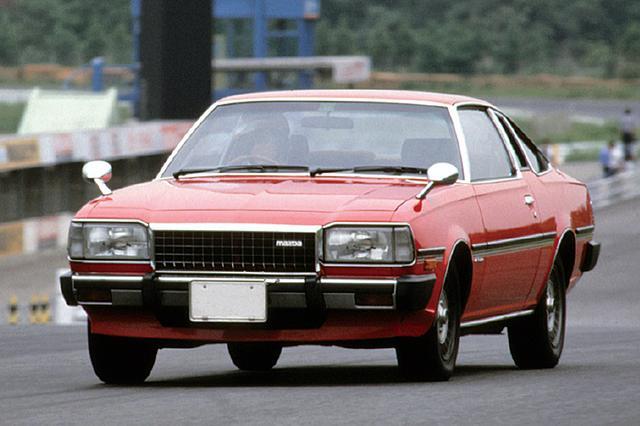 画像: 1979年9月、マイナーチェンジでヘッドライトを専用の角型とし、ボンネットも低められた。エンジンは13Bロータリーとレシプロの2Lのみで、12Aと1.8Lは消滅した。