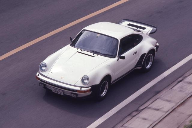 画像: 写真は初期型の930ターボでパワーは260ps。圧倒的なパワーはないが、いわゆるスーパーカーの気難しさと比べると扱いやすく、実用車としても十分使えるのが美点だ。