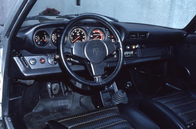 画像: 機能性に徹したコクピット。89年モデルが出るまでギヤボックスは4速MTだったが、それでも十分に速かった。ポルシェシンクロのシフトフィールも独特だ。