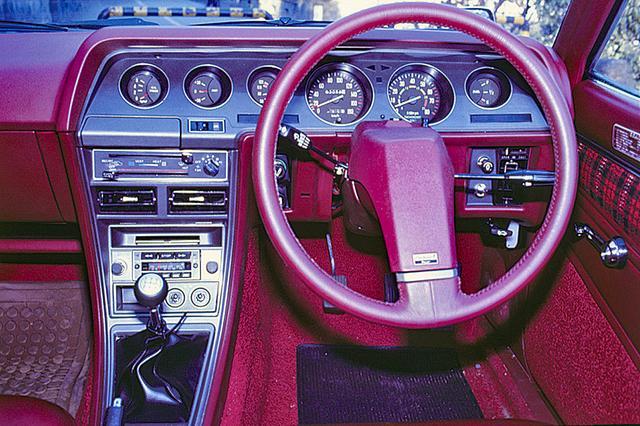 画像: 国産車としては初めての採用となった1本スポークのステアリングホイールを採用する。むろん視認性は良く、スペシャリティ度も上がる。