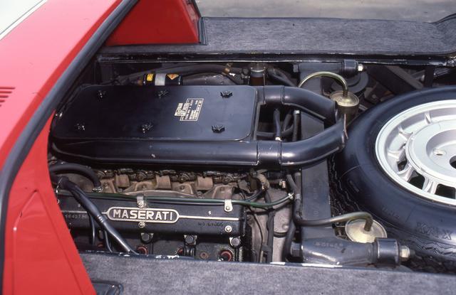 画像: カーペットで覆われたエンジンルームなど遮音性にも配慮されていた。